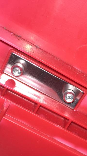 蝶番(ヒンジ)の裏に金属の板があります これは何ですか? 何の目的でプレートがあるのですか? 本当に知識のある方からの回答をお待ちしています。 (ドアの蝶番ではないです)