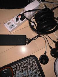 USB充電器がなくて困っています。ヘッドホン、オーディオ機器、スマホの充電器用2つ、筋トレ用器具2つ、、 画像に写っている一つだけある白いUSB用のものを用いているのですが、それぞれの充電が間に合わなくて困...