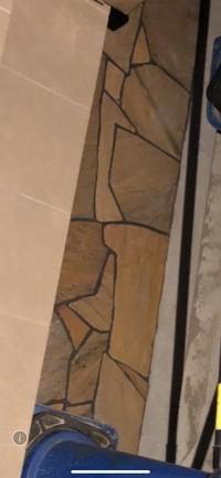 外構工事中です。玄関アプローチの一部の写真です。 乱貼りという工法を施していただいていますが、石の形ひとつひとつがなんとなく歪に見えて違和感に感じています。 外構知識に無知なので教えていただきたいの...