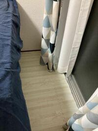 ベッドとベランダの隙間が空いているので、転落防止に何か隙間を埋められる物を探しています。横が窓なのであまりがっちりしたものは地震が来た時に割れる可能性があるので置けないような気がして悩んでいます。何か 良いものがあれば教えて貰えませんでしょうか。