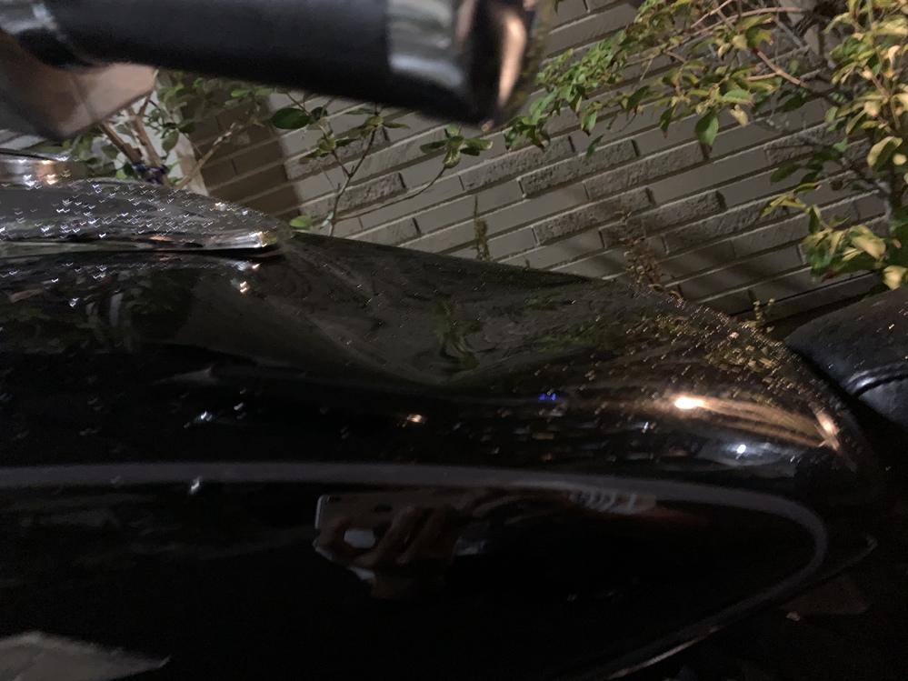 バイクの凹みの修理について 私はドラッグスター400の96年式乗ってます。 バイクのガソリンタンクのキャップの空気圧の調整が壊れているみたいで、内圧が下がり、バイクのタンクがかなり大きく凹んで...