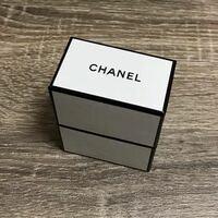 シャネルのラッピング方法についての質問です。 シャネルでリップを1本購入する場合、店舗とオンラインではどのようにラッピングが異なるのでしょうか?  どちらもシャネルと書かれた画像のような小さめの箱にリップが入ってるのでしょうか?  宜しくお願いします。
