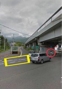 先程黄色□の部分を歩いていたら、ミニバンにクラクションを鳴らされました。青信号だし何故鳴らされたのかその時は分からなかったのですが、歩いている最中表示と標識をみたら自転車専用道路でした。 これは鳴ら...