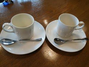 コーヒーを飲む時、取っ手はどちら側にして飲みますか?