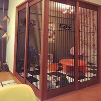 猫部屋にちゃぶ台はありですか? 猫さんに猫用のおやつを食べさせるときに便利です が 僕は時々、この猫部屋で猫とお昼寝したりします