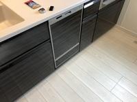 タカラスタンダードキッチン 先日新築の引き渡しを受けました。その時にキッチンの食洗機下のパネル?のガタつき、食洗機が右と左で1センチほど曲がっていると指摘したらそれは許容範囲だと言われました。 本当にこれで許容範囲なのかと不安になり質問しました。同じものを使っている方がいましたらガタつき等があるなら教えてください