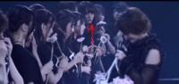 乃木坂にこんなメンバーいましたっけ? 若月佑美さんの卒業セレモニーに参加したメンバーの中で、一人だけ誰か分からない人がいます。  全メンバー把握しているのですが、この矢印の人だけ何度見ても分かりません...