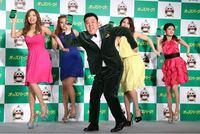 オッズパークCMで、ピンクの衣装を着た女性の名前誰か知りませんか。ザキヤマの左に居ます