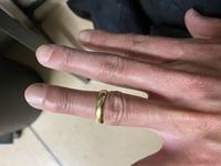 すみません結婚指輪のサイズの質問です。 このように関節をハンドソープつければギリギリ通る位のサイズなんですが、大きくサイズ直した方がいいですか?直して取れやすくなるのも心配で  ちなみに朝は外れませ...