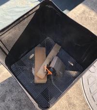 一斗缶で焚火をしようと、下部側面に穴を開けアルミ板で底上げをした上にステンレスネットを敷いて、火を入れたのですが、 燃焼が続かず、鎮火してしまいます。  燃焼が続くようにするには、どのような対策が最適でしょうか…