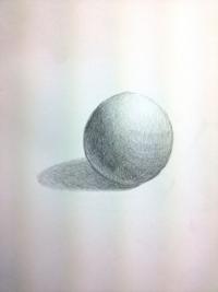 デッサンのアドバイスをお願いします。 球体を描いたのですが、どこか違和感があります…