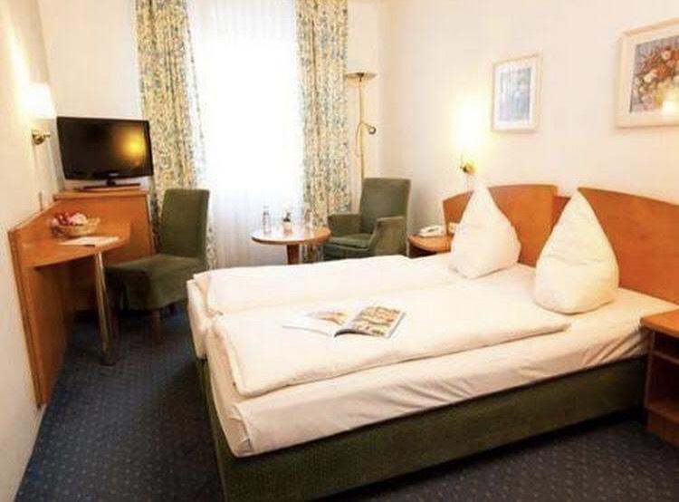 ドイツのホテルのベッドに雫型のクッションが置いてありますが、他に枕が見当たりません。 この雫型が枕なのでしょうか?? この雫型のクッションはどのように使うのしょうか? https://i.im...