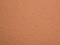 外壁塗装しました。外壁と色は画像の通りです。昨日、足場が外れたのですが足場が立っていた周囲に色付きの状態の塗料の欠片? が落ちてました。塗装の作業は先週の木曜日に終わり足場の片付けは昨日の日程でした...