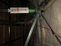 回答よろしくお願いします。 とあるハウスメーカーで建てて、今日屋根裏を確認したらひどいことになっていました。 こんな電気配線の仕方はあり得ますか? ご回答よろしくお願いします。