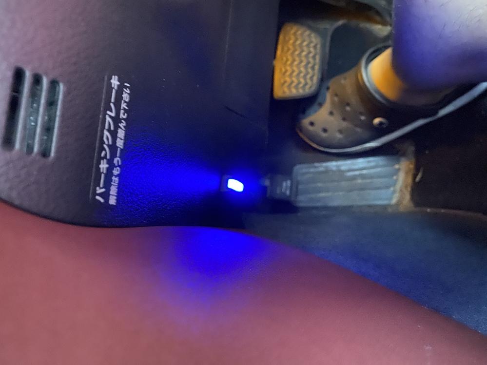 210クラウンアスリートの運転席左下にある青く光ってるボタンはなんのボタンでしょうか? 光ったりたまに消えたりします。