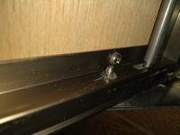 床下収納から床下に潜りたいのですが、収納部分を外すことができません。 観音開きの蓋のタイプのものなのですが、写真のものならどう外すのでしょうか?教えてください!