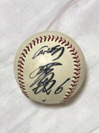 頂き物なのですが、 このサインボールがどなたのサインか分かられる方いらっしゃいますか? 坂本勇人選手かなーと思ったり…でも全く自信が無いです。 お詳しい方、良かったら教えて下さい。