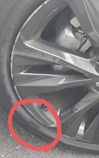 縁石でタイヤの側面を擦ってしまいました。 タイヤ 交換必要ですか?215/45/17サイズのタイヤです。 写真の赤色枠のところです