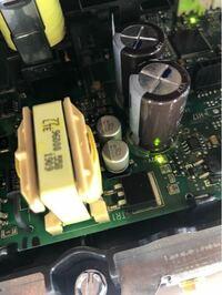 表面実装コンデンサの容量と耐圧の読み方 写真の中央の2個の表面実装コンデンサの容量と耐圧を教えていただければ幸いです。 パナソニック製は分かるのですが、違うメーカーになると全く分かりません。