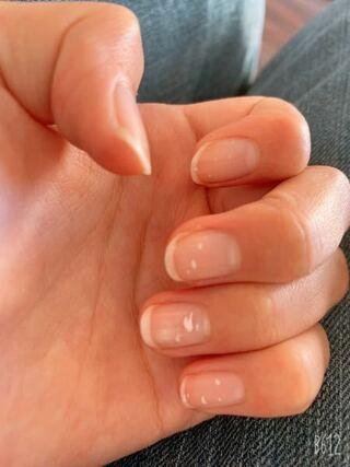 白い 模様 に 爪