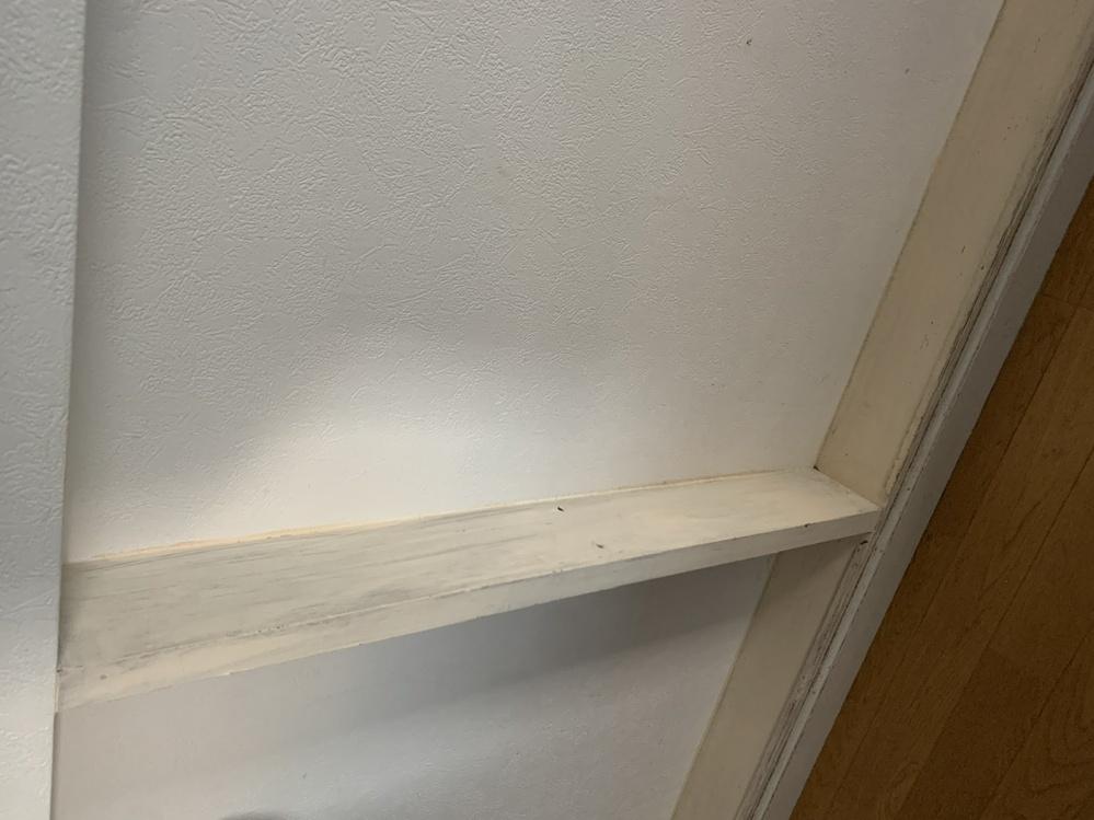 中古住宅ですが、何かがあったような跡があります。 横は壁紙で隠されていましたが、5mmほどのネジが入るような穴があります。 下には細い木が付いています。 上にはなにもありません。 正面は後ろは階段側の壁で、厚さは薄く、おそらく木は入っていません。 棚でもあったのでしょうか? DIYでここを何かできないかなと思っているので、元々何があったか、 それを再現できないか、もしくは違うものを作るアイディアなど、 よろしくお願い致します。 写真が横になってしまいますので、横にして見て下さいます様よろしくお願いします。