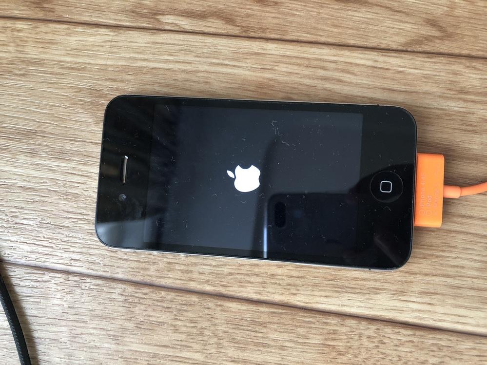 iPhone4です 6年以上、充電がある時に、そのまま放置していて、久しぶりに充電してみると、Appleマークが付いたり消えたりが半日くらい続きました。 これは大丈夫なのでしょうか。 詳しい方い...