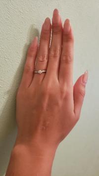 この写真のダイヤモンド、小さく見えますか? 手は男並み(もしくはそれ以上)に大きいです サイズは11号です。