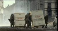 ヒトラー最期の12日間についての質問です。 このシーンで兵士たちは何を運ぼうとしているのですか?