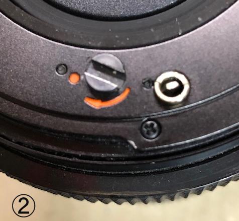 ハッセルブラッド503CXのレンズマウントについて詳しい方教えてください。 知人から頂いたのですが、このレンズの取り付けが出来できないので、良く見ますとレリーズの役割を果たすジョイントの突起がオ...