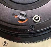 ハッセルブラッド503CXのレンズマウントについて詳しい方教えてください。 知人から頂いたのですが、このレンズの取り付けが出来できないので、良く見ますとレリーズの役割を果たすジョイントの突起がオレンジ色のマーカーから角度がずれているのが原因のようです。 この角度を変えるのはどうすればよろしいのでしょうか。レンズのオーバーホールが必要でしょうか。マイナスドライバーでこの突起を左回転させれば出来...