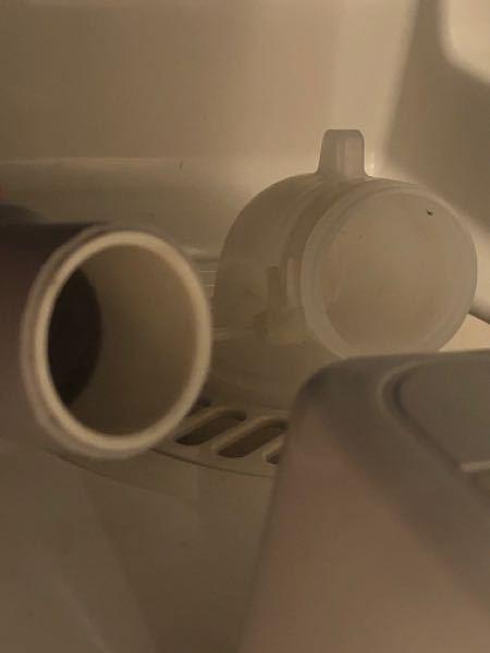 洗濯機の排水ホースの取り付け方がわかりません。 説明書をみても、結束バンド?の取り外しかたが書いておらず、硬いままで排水ホースが入りません...。 突起物を押してバンドの長い部分を横にすると抜け...