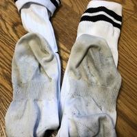 靴下画像ありの質問。サッカーソックスを仕事が休みの日に履いています。ちなみにサッカーはしていませんが長距離を歩いているのは確かです。 専用の靴を履いています。それで洗っても汚れは落ちず汚れが蓄積されている感じがします。皆さんは長距離を歩くだけで、ここまで汚れると思いますか?白い靴下は汚れているだけで臭そうと思われますが白い靴下への差別だと思いますか?また友達などがこのような靴下を履いて来たら...