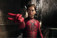 スパイダーマンでアメイジング・スパイダーマンとMCUのスパイダーマンはウェブシューターをつけているので下の写真のポーズをするのはわかるのですが、ウェブシューターをつけていないサム・ライミ版のスパイダー...