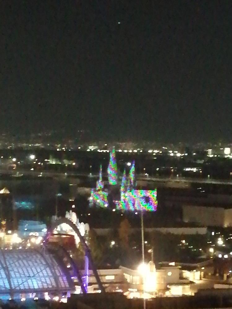 以前USJ近くのホテルに宿泊した時、夜22時ぐらいにホグワーツ城がこんな色になっていました。なにがあったのでしょうか。