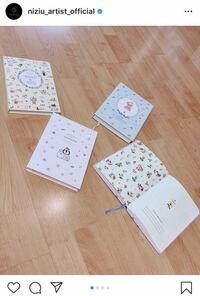 この写真で、NiziUのマコちゃんが 使ってる日記帳はどこのものか わかりますか?