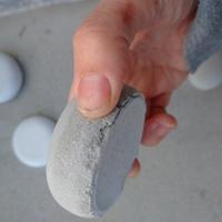 ホームセンターで購入した白セメント7と灰色のセメント3を混ぜて型に入れて1日天日干しにしてから型からはずします。 (白セメントだけだと、強度が弱いときいて…) 上(天面)は、ツルツルにしあがりますが、...