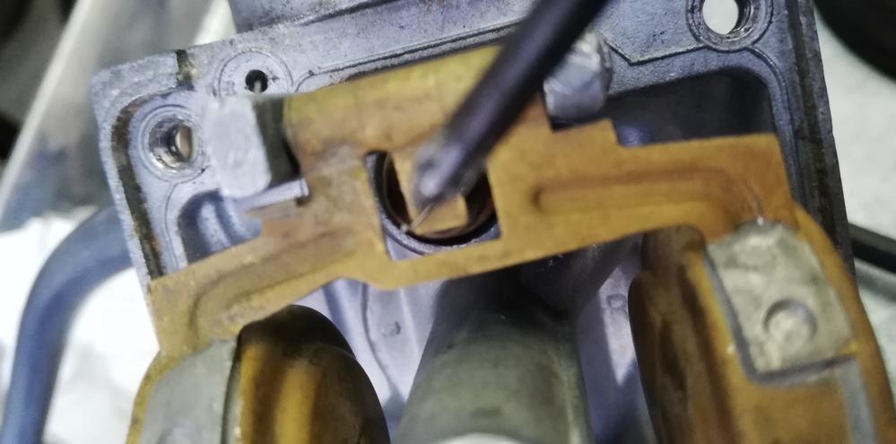 スズキ バイク ボルティのフロートバルブ ニードルバルブのスプリング? 写真の様に、 フロートに掛ける細い針金が一部切れているのですがスムーズに動作するのであればさほど問題はないですよね? (...