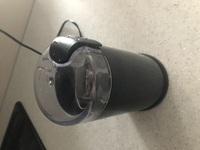 コーヒーミルについて 画像のようなコーヒー自動ミルを使ってます。 粉にした後、他の容器に移すとき、こぼしてしまいます。何かいい方法はありますか? それとも、ミルを買い換えるしかないですか?