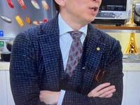 このジャケットとネクタイはどこのブランドでしょうか?