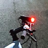 自転車のヘッドライトを真横から見ると赤いのですが、法律的に大丈夫でしょうか? 前から見るとLEDの白色です。