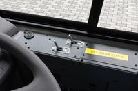 バスのドアスイッチって、小さくて操作性悪そうなのに、何でスイッチの棒部分を大きくしようとしないの? 海外の路線バスは、操作しやすいように、運転手が自ら?長い棒みたいなのを括り付けて改造している。