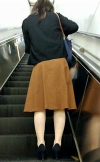 幼い頃 姉に無理やりスカートを穿かされてからスカート穿くことが楽しくなり その後、こっそり姉の制服やスカート穿いて外出するようになりました。 今は女装が趣味で毎日、家の中ではスカート穿いて過ごしています 。 自分なりに女装していますが似合っていますか? スカートは、どうですか? 可愛いですか?