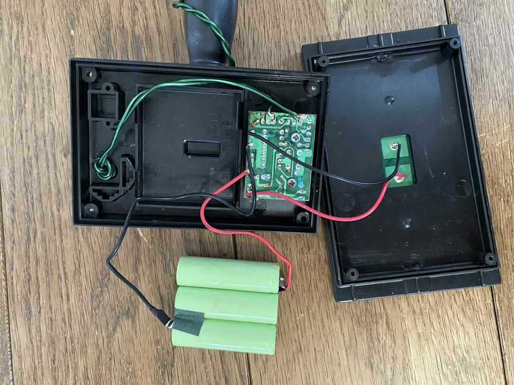イルミネーション ソーラーについてどなたか分かる方教えて頂けますでしょうか? 2年ほど前に購入したもので、3か月ほど前から点灯しなくなりました。電池を交換すれば使えるかも?と思い、フタを開けてみ...