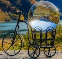 インスタグラムによくある、ガラス玉撮影のガラス玉を入れる自転車などのインテリア置物は、どこに売っているのでしょうか? 色々な店を探してもみつかりません。  ネットでも見つかりません。  インスタグラム投...