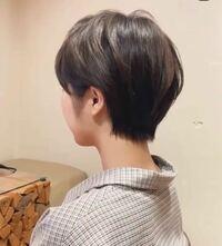 ショートヘアで袴を着ている人を見たことがないのですが、アレンジするために髪を伸ばすのが普通なんでしょうか? 3月に卒業式で袴を着るので、ショートヘアにするか迷ってます。(画像参照)