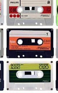 カセットテープが欲しいんですが、中が透けて見えるような普通のカセットテープしか売ってません。写真のようなデザインのカセットテープが欲しいです。どこで買えますか