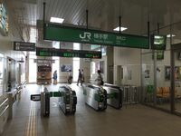 JR東日本は「地方路線経営」を誤ってませんか? まずはこの写真をご覧ください。これは横浜線や武蔵野線のその辺の各駅停車の駅にも見えますよね。実はなんと、東北地方は秋田県にある横手駅です! ビックリしませんか?横手といえば東北の田舎の牧歌的なイメージですが、国鉄時代のレトロな駅舎は数年前に解体し、今では首都圏の駅にそっくりになりました。駅員がカチカチと切符を切る風情ある有人改札も、スイカが使え...
