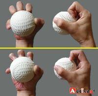 野球のナックル「ボール」についての質問です。 私は今写真のような握りでナックルを投げています。 投げ方がよく分からず、親指と小指に挟んでフォークの用に抜いて投げています。回転が少なくなり落ちてはいるのですが揺れません。 私の投げ方が間違っていればご指導よろしくお願いします。