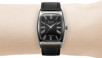 Knotの腕時計でトノーというレディースのモデルがあるのですが、メンズが付けるのはおかしいでしょうか? 時計の幅は27mm。私の手首は14cm程です。    時計は詳しくないです。パッと見、高見えするクラシカルな...