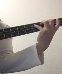 ベース初心者です。今日ベースが届きましたが指が全然届かず絶望してます。。。。 ピンハゲさんと言うベースプレイヤーさんの動画を見ているうちに、ベースの音って良いもんだなあと思うようになり、20代後半(遅すぎ?)でベースを始めることにしました。  それでベースが届くまでに1週間あったので、弟が持ってたエレキギターを借りて、 ひたすらメジャースケールで指運動の練習をしてました。  (昨日...